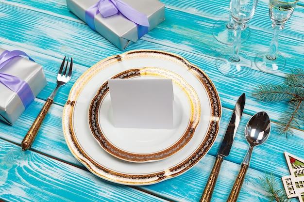 Configuração de mesa de férias em uma mesa de madeira em cores lilás