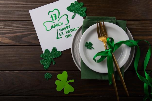 Configuração de mesa de festa de dia de são patrício decorada com duende verde.