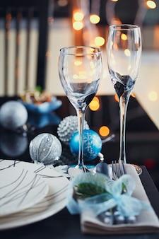 Configuração de mesa de inverno com decoração de natal. interior da casa.