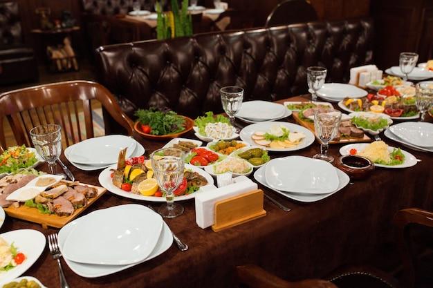 Configuração de mesa de jantar com comida deliciosa pronta para ser servida