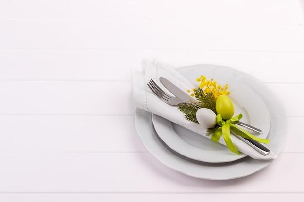 Configuração de mesa de jantar de páscoa