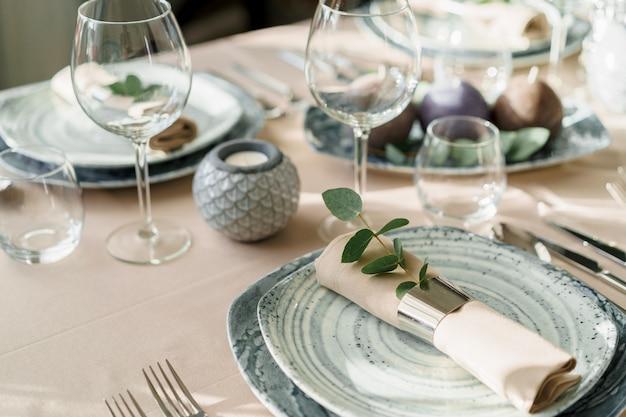 Configuração de mesa de luxo para refeições em tons pastel close-up