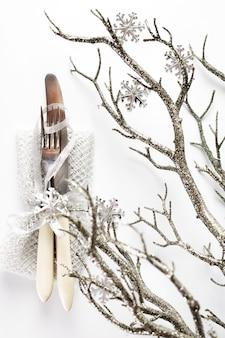 Configuração de mesa de natal com decorações do feriado
