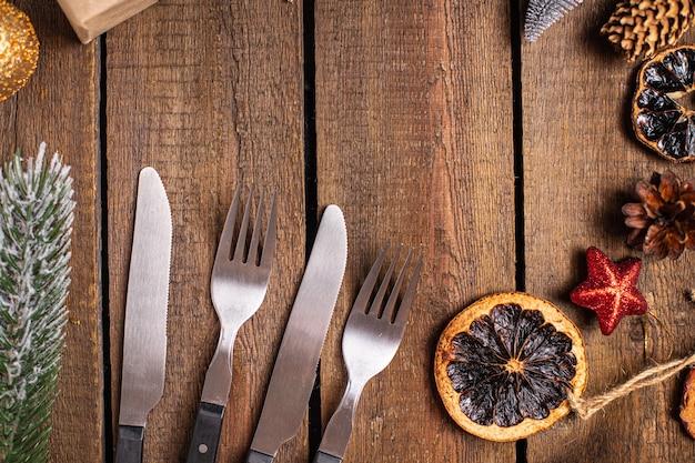 Configuração de mesa de natal festivo talheres garfo faca talheres refeição de ano novo na mesa cópia espaço