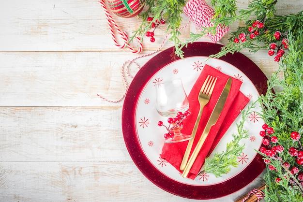 Configuração de mesa de natal ou ano novo configuração de lugar para jantar de natal