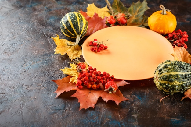 Configuração de mesa de outono com abóboras. jantar de ação de graças e decoração de outono.