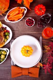 Configuração de mesa de outono com abóboras.