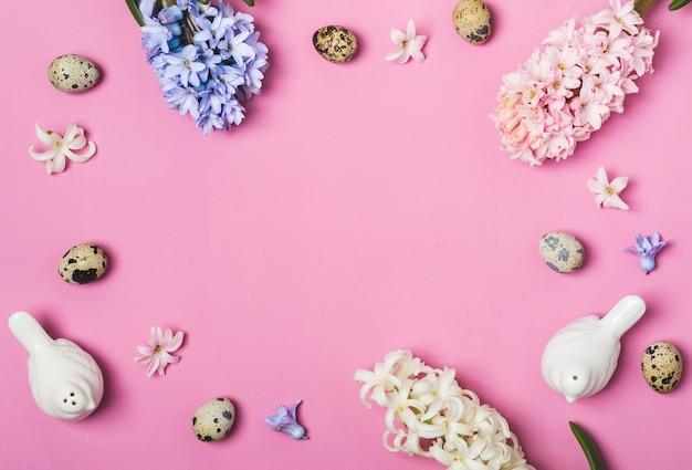 Configuração de mesa de páscoa de primavera. camada plana de saturação rosa.