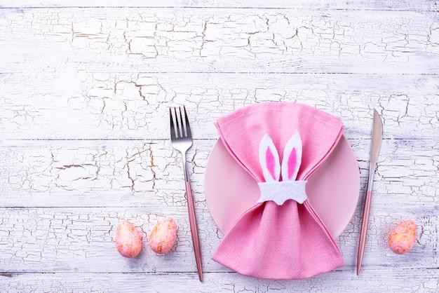 Configuração de mesa de páscoa na cor rosa