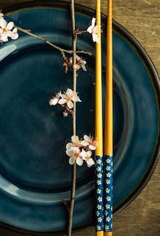 Configuração de mesa de primavera com galho de árvore florescendo