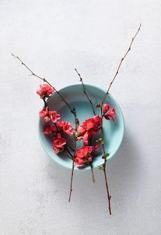 Configuração de mesa de primavera com ramos floridos.