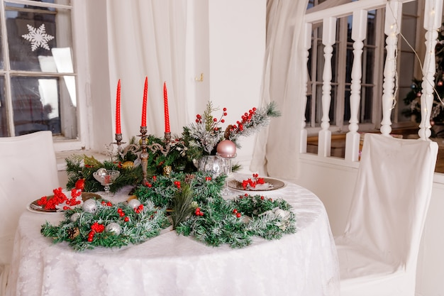 Configuração de mesa. decorações, velas e lanternas