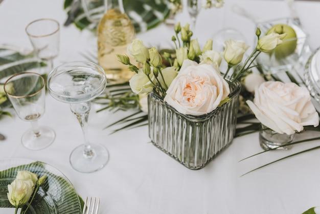 Configuração de mesa elegante em verde para um casamento