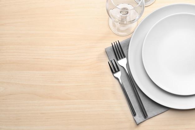 Configuração de mesa em mesa de madeira