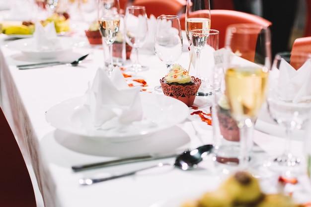 Configuração de mesa em uma festa de casamento