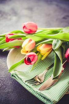 Configuração de mesa festiva com tulipas para aniversário