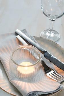 Configuração de mesa festiva com vela.