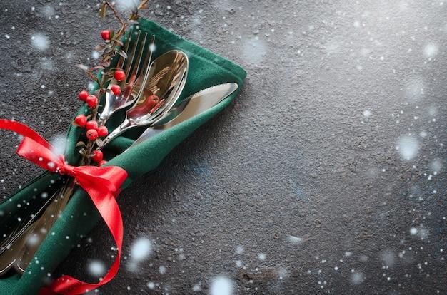 Configuração de mesa festiva de natal com enfeites de natal. copie o espaço.