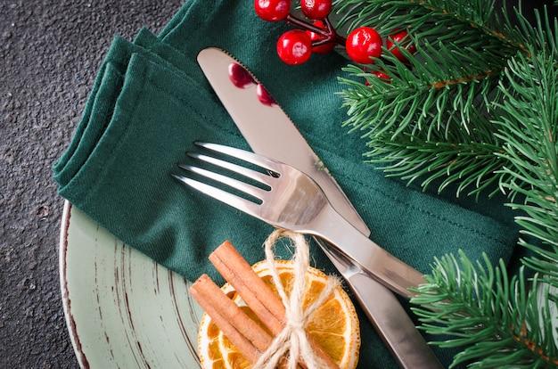 Configuração de mesa festiva de natal com enfeites de natal.