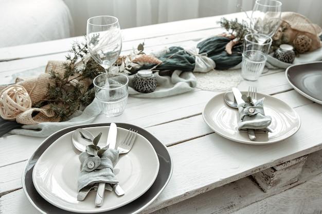 Configuração de mesa festiva em casa com detalhes decorativos escandinavos close-up.
