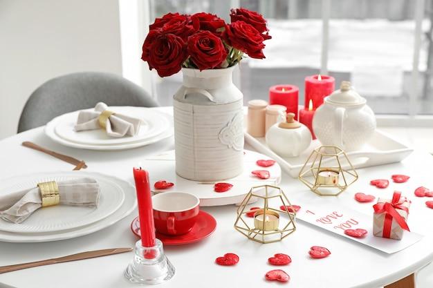 Configuração de mesa festiva para a celebração do dia dos namorados em casa