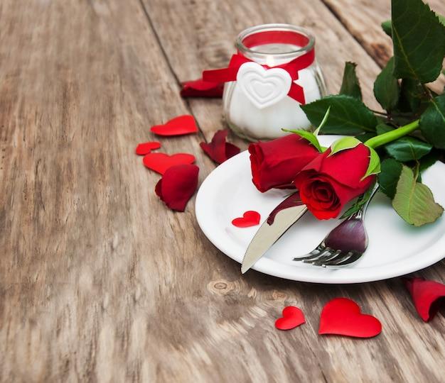 Configuração de mesa festiva para dia dos namorados