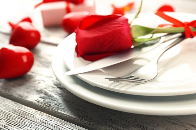Configuração de mesa festiva para o dia dos namorados na mesa de madeira