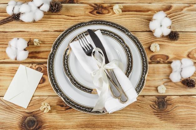 Configuração de mesa linda mesa de madeira de cima