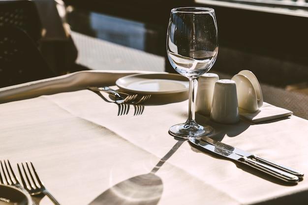Configuração de mesa no interior do restaurante elegante.