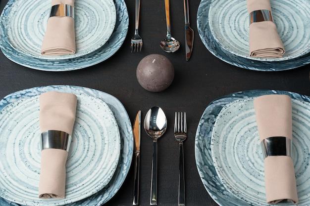 Configuração de mesa. placas com padrão abstrato na mesa preta