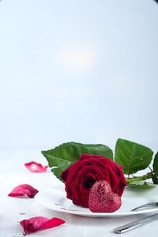 Configuração de mesa romântica com rosa