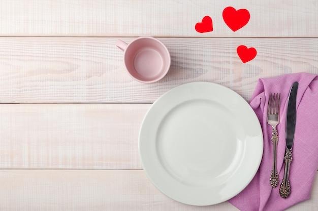 Configuração de mesa romântica de dia dos namorados