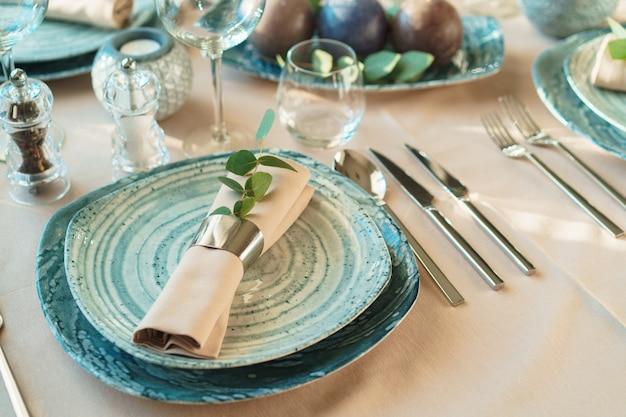 Configuração de mesa verde de luxo decorada com velas