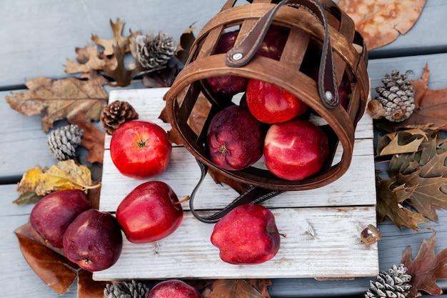 Configuração de outono de maçãs vermelhas em fundo de madeira, padrão sazonal de frutas saudáveis
