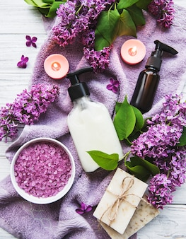 Configuração de spa com flores lilás
