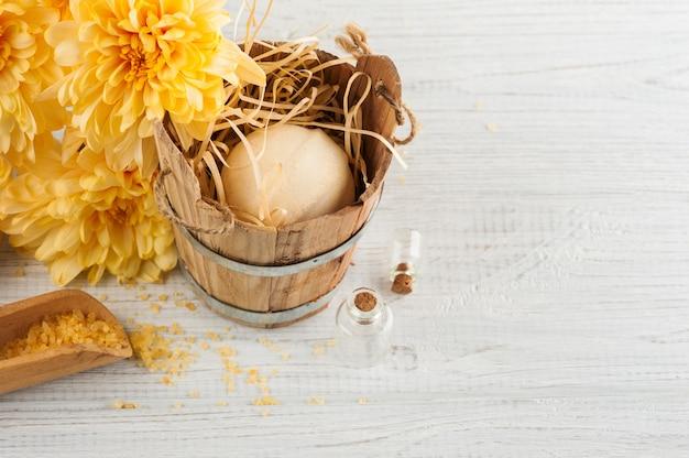 Configuração de spa com margarida amarela flores, cosméticos