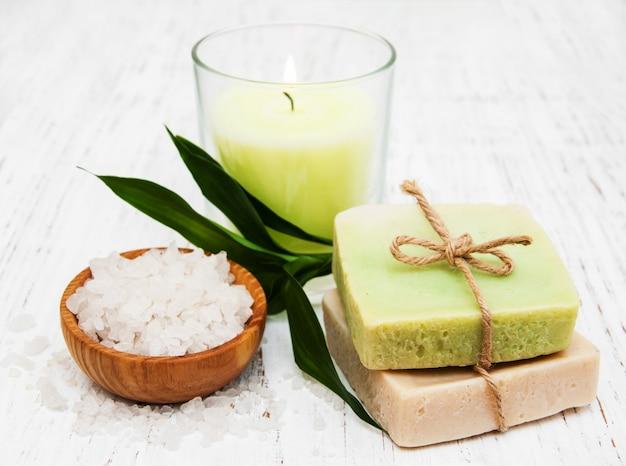 Configuração de spa com vela, sabonete artesanal e sal
