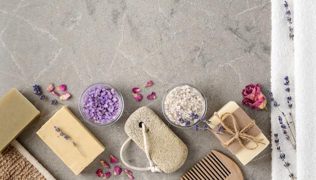 Configuração de spa de banho com sabonetes naturais artesanais na vista superior do fundo de mármore. tratamento lavender spa, sal marinho violeta e alfazema seca. copie o espaço.