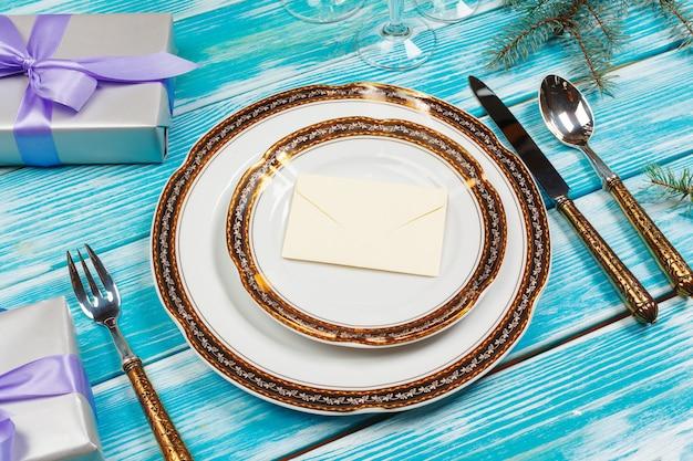 Configuração de tabela de férias na mesa de madeira em cores lilás