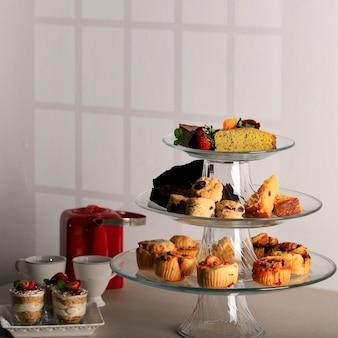 Configuração de várias fatias de bolo para mesa de sobremesas na festa para o conceito de hora do chá da tarde