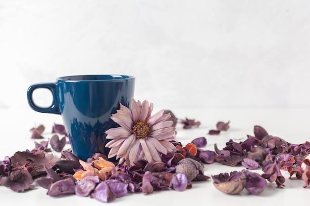 Configuração delicada da mesa de chá da manhã