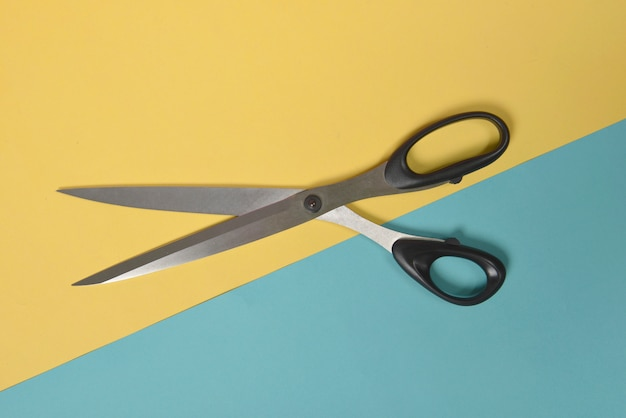 Configuração lisa das tesouras no conceito do fundo, da costura e do bordado de dois tons.