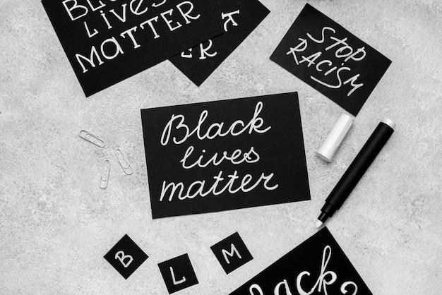 Configuração plana da seleção de cartas com matéria de vida negra e caneta