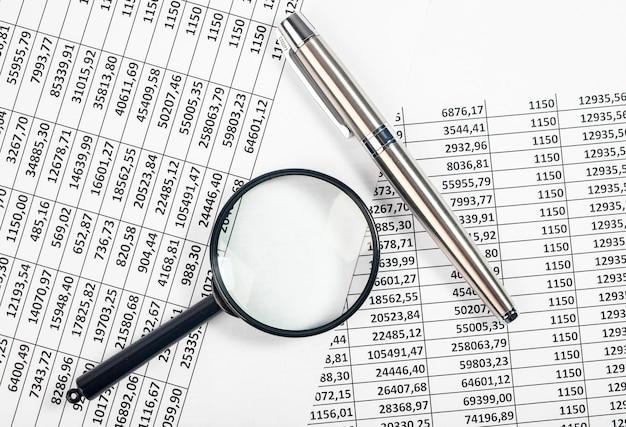 Configuração plana de documentos para relatório contábil de fluxo de caixa e caneta
