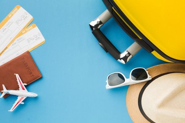 Configuração plana de itens essenciais de viagem e bagagem