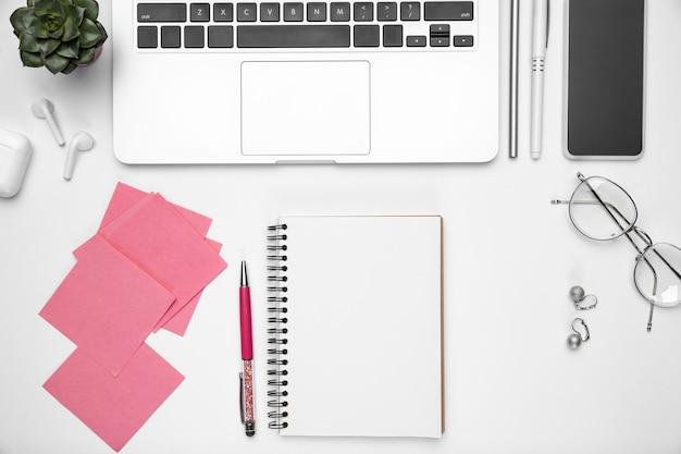Configuração plana de material de escritório