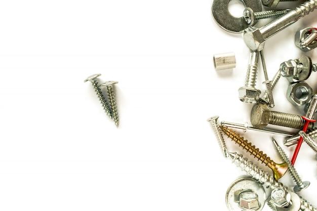 Configuração plana de parafuso revestido de zinco isolado no branco. parafusos auto-perfurantes.