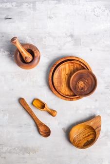 Configuração plana de utensílios de madeira placa e talheres em cinza. prato vazio. , comida, zero desperdício. copyspace, lugar para objeto