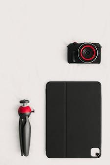 Configuração plana dos equipamentos digitais do tablet e tripé da câmera