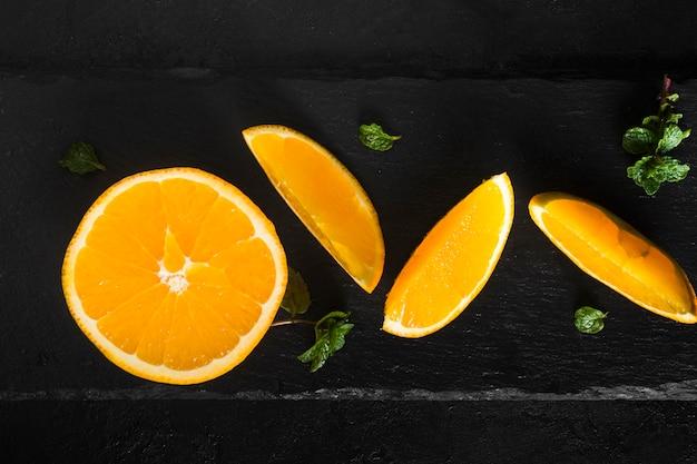 Configuração plana fatiada de laranja fresca
